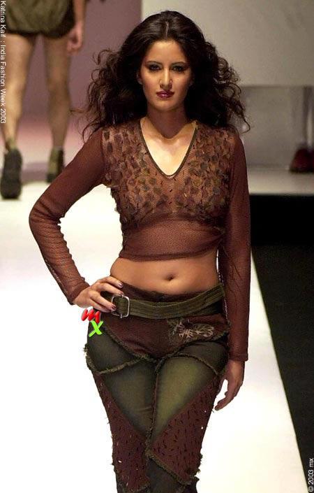 Katrina-Kaif-Sexy-Navel-Show-Walk-Still-5872