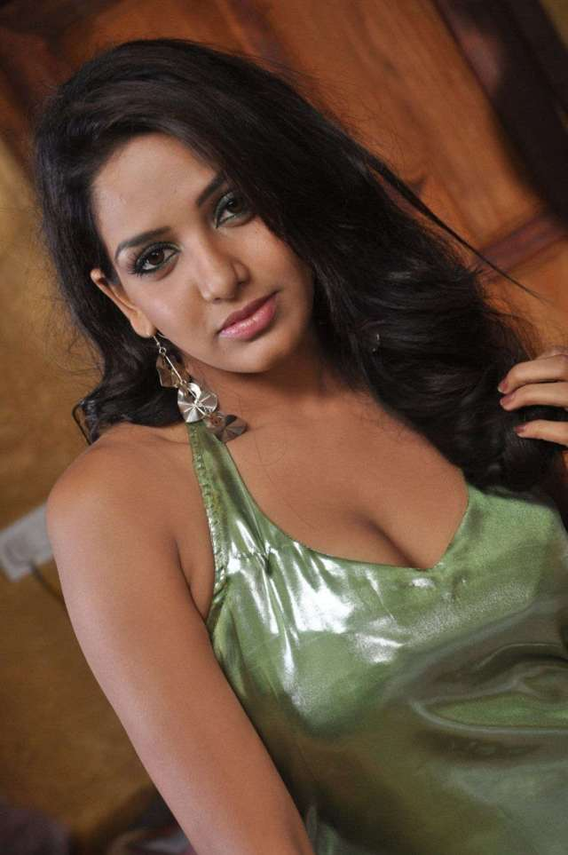 Bhavani-Reddy-Sexy-Cleavage-Photos-8