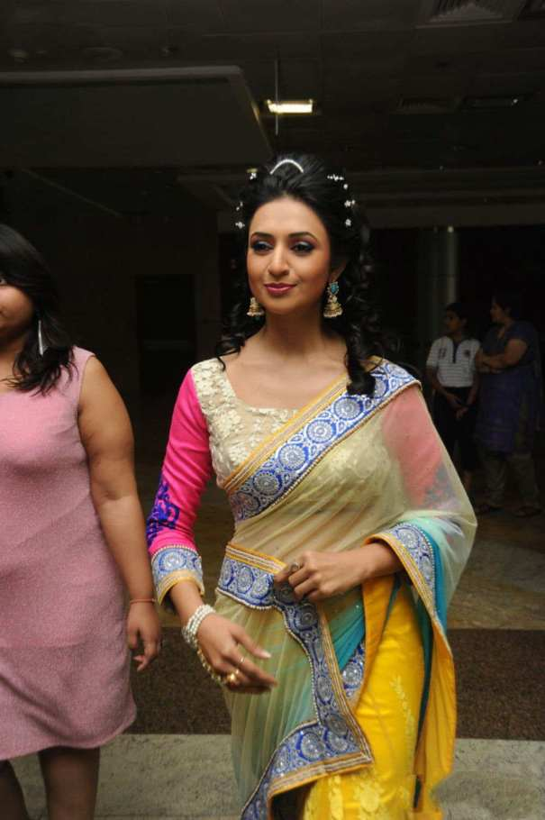 Divyanka-Tripathi-at-Suraj-Dreams-Fashion-show-(9)6616