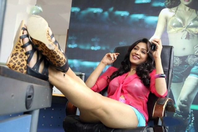 Kesha-Khambhati-in-Ayirathil-Iruvar-Movie-(2)9208