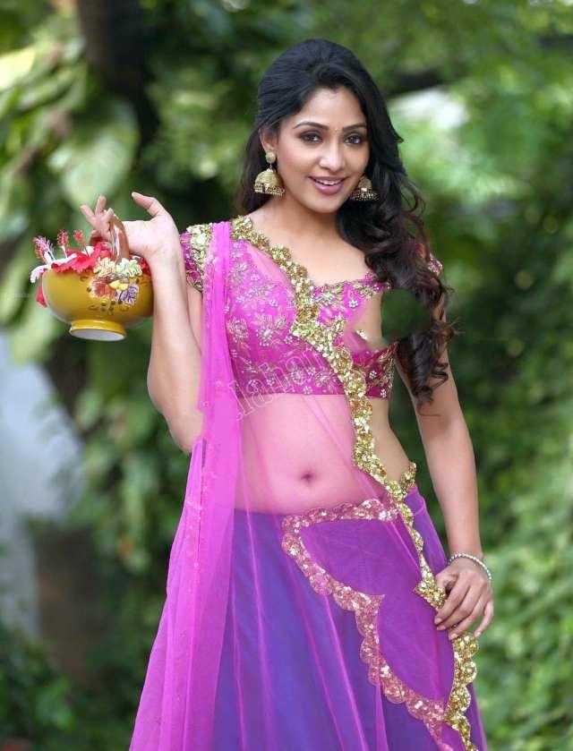 Kesha-Khambhati-Navel-Show-23