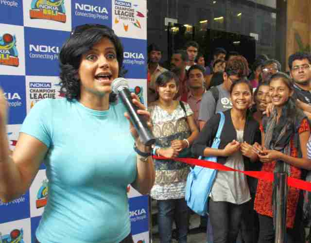 Actress Mandira Bedi interacts with students during 'Nokia ke Asli Champions' campaign conducted at Mahaveer Jain College in Bangalore on Wednesday. –KPN