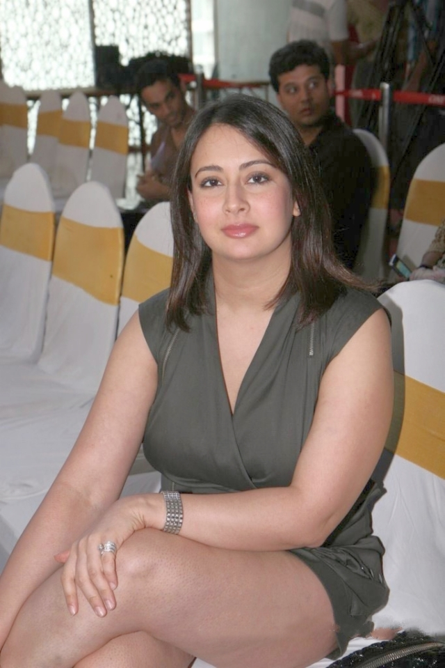 Preeti Jhangiani Hot Thigh Show Sexy Photo Gallery (1)