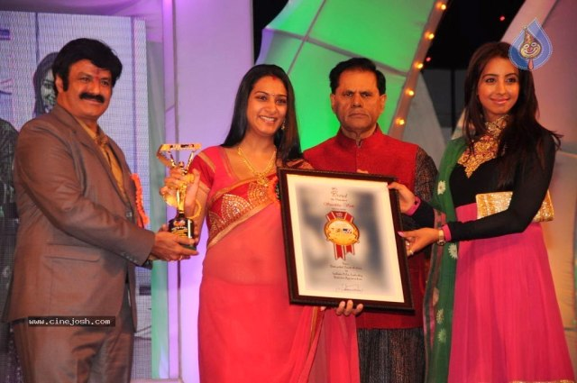 celebs_at_tv9_tsr_awards_07_2004130204_0217