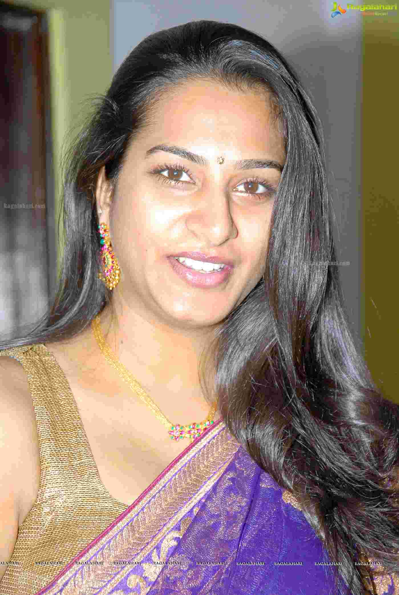 Surekha Vani Hot Telugu Aunty Big Navel Sari Cleavage